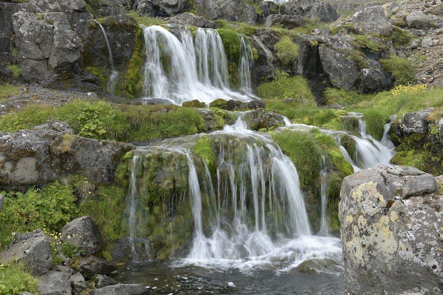 """Dynjandi - Kaskadenwasserfall fotografiert mit einer """"etwas längeren"""" Belichtungszeit, dass die Wasserstruktur noch erkennbar bleibt."""