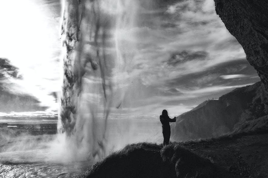 """Seljalandsfoss - hier mit einer sehr kurzen Belichtungszeit, gerade um alles """"einzufrieren"""". Langzeitbelichtung ist das genaue Gegenteil."""
