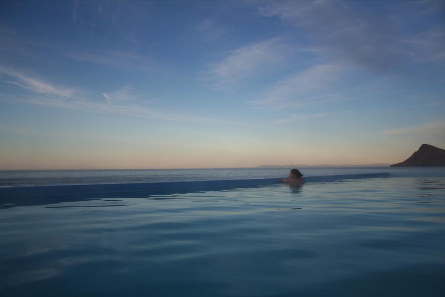 Het uitzicht vanuit het Krossneslaug-zwembad in de Westfjorden van IJsland is ongelooflijk!