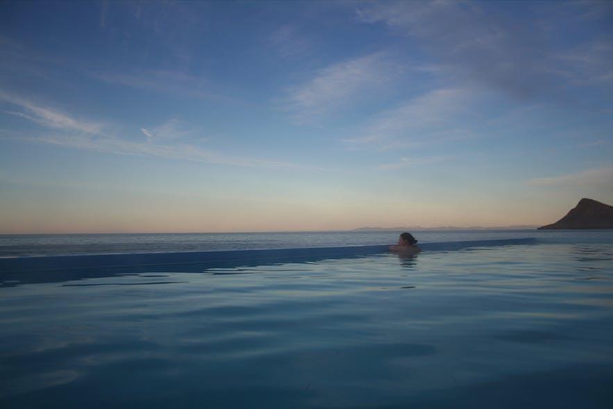 아이슬란드 웨스트피요르즈 지역의 크로스네스뢰이그 온천수 수영장과 주변의 멋진 전경