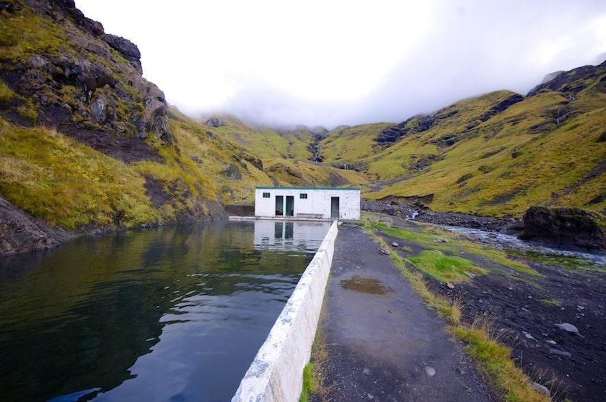 아이슬란드 남부의 실외 온천수 수영장 셀랴바들라라우그