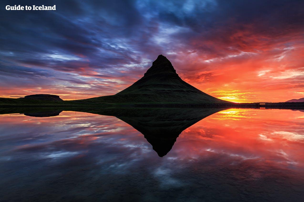 El Monte Kirkjufell en la península de Snæfellsnes se refleja en la superficie del agua.