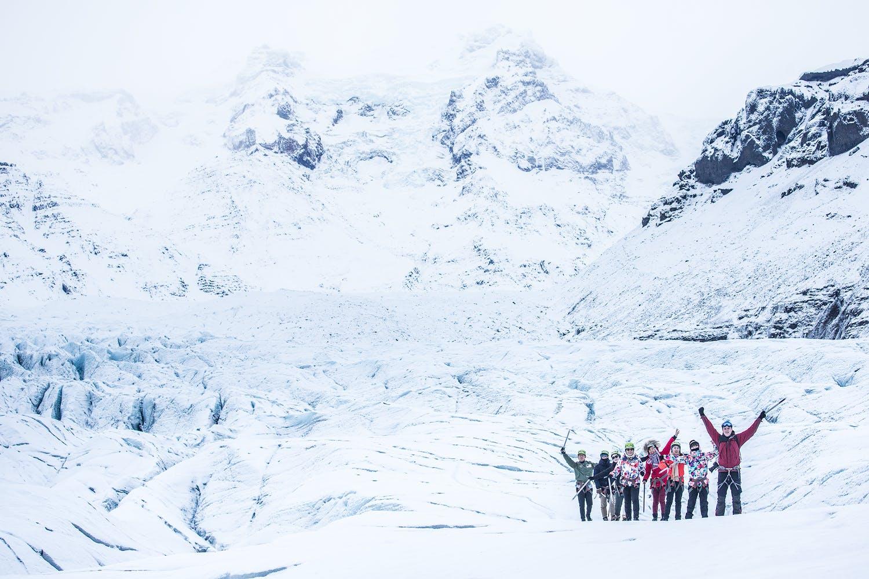 Pokryte śniegiem otoczenie na lodowcu Svínafellsjökull.