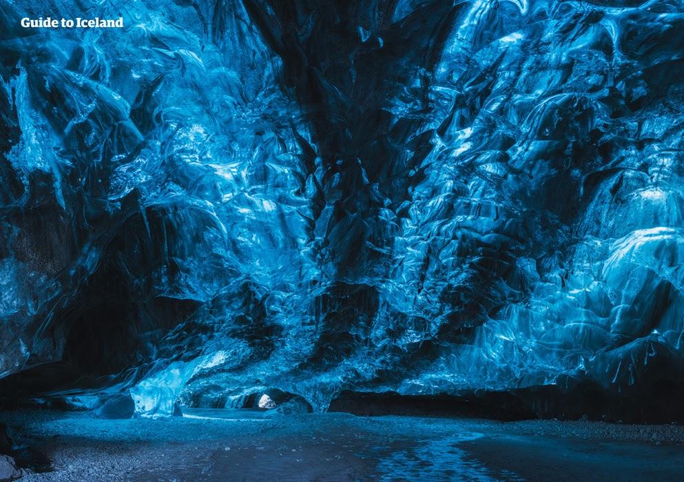 """在探索完冰岛的天然蓝冰洞后,您将对""""蓝""""这种色彩有全新的认识。"""