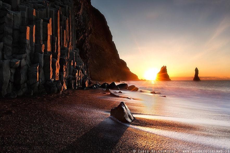 阳光下的灿烂雷尼斯黑沙滩