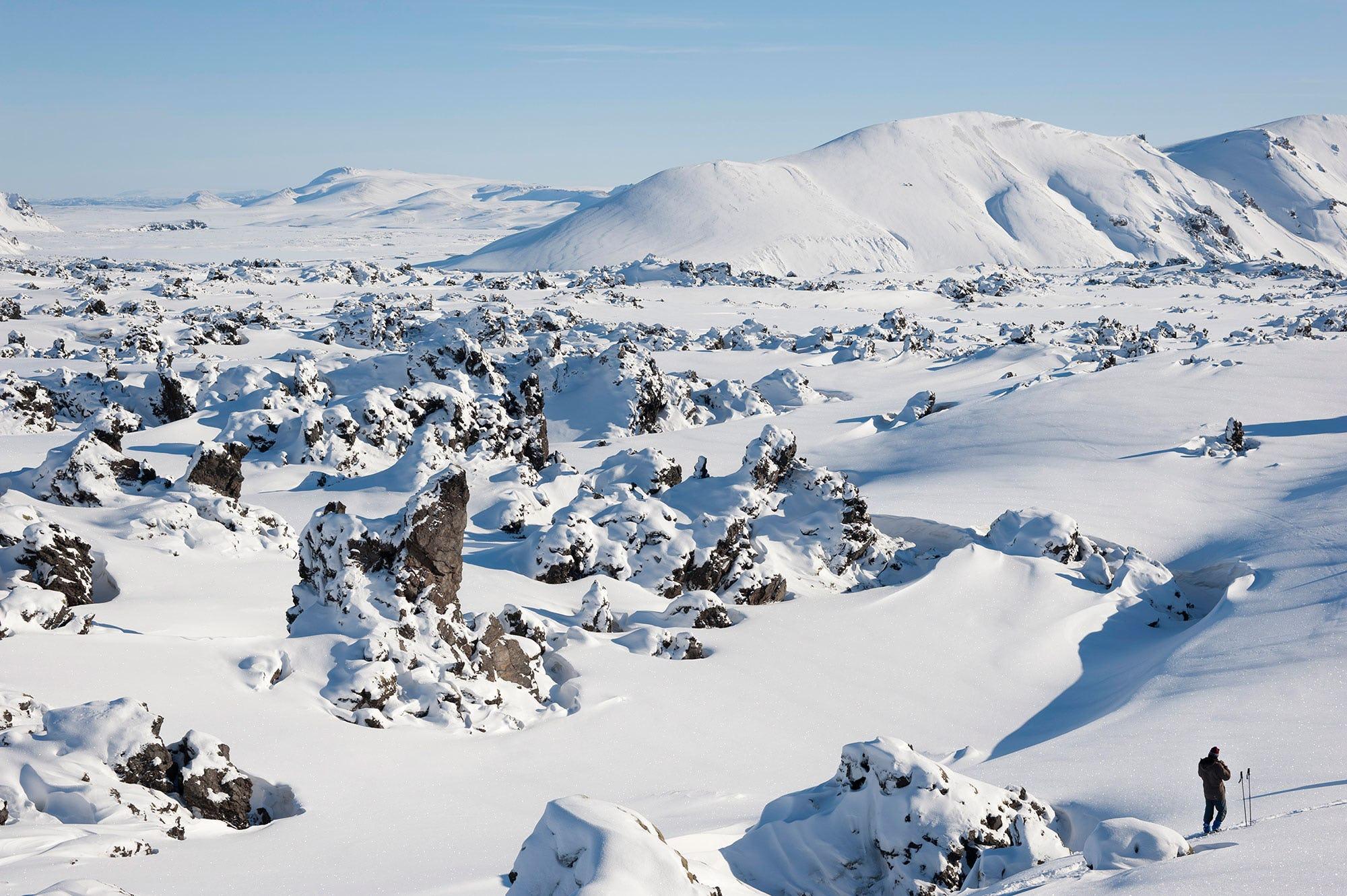 Die Highlands von Island präsentieren sich in Schnee gehüllt.