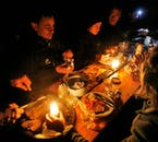 Bei dieser Wintertour nach Landmannalaugar genießt du ein gemütliches Abendessen mit der Gruppe.
