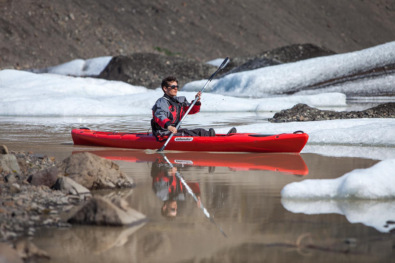 在冰河湖中体验皮划艇的乐趣是冰岛的小众体验