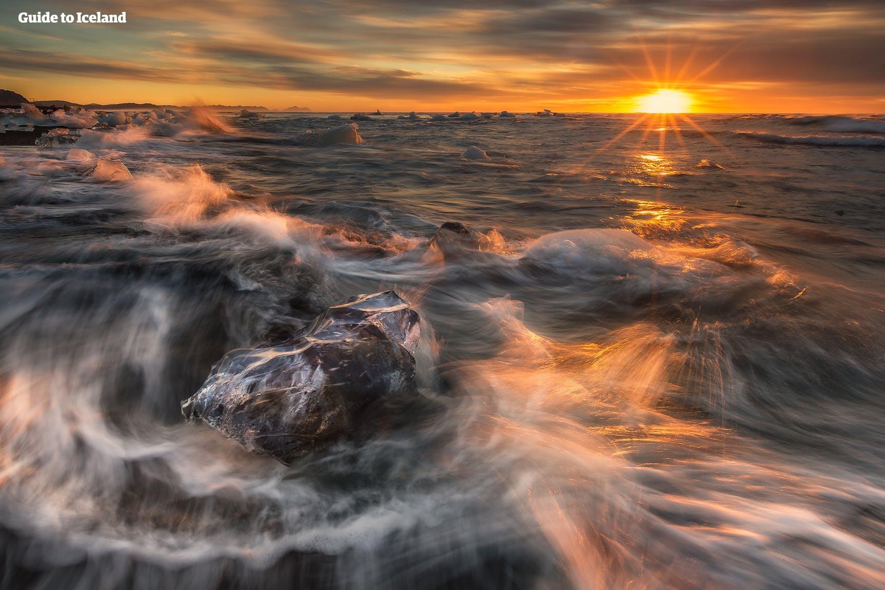 """""""Diamentowa plaża"""" to słynne miejsce z czarnym piaskiem i bryłami lodu."""