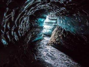 ヴィークの町から行くミールダルスヨークトル氷河の洞窟探検