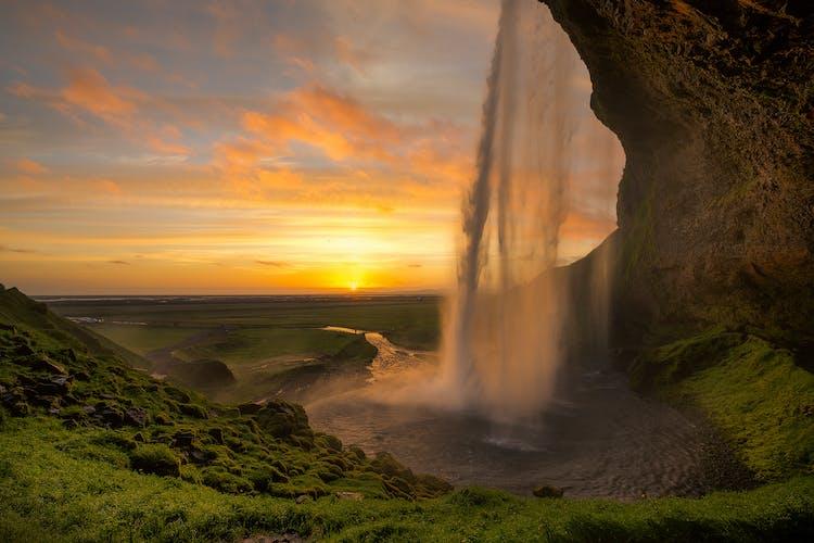 真夜中の太陽、白夜に照らされたアイスランドのセリャラントスフォスの滝