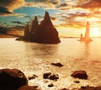 レイニスフィヤラのブラックサンドビーチから遠望できるドラマチックなレイニスドランガル奇岩