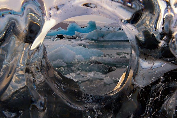 Słynna czarna Diamentowa Plaża niedaleko laguny lodowcowej Jokulsarlon.