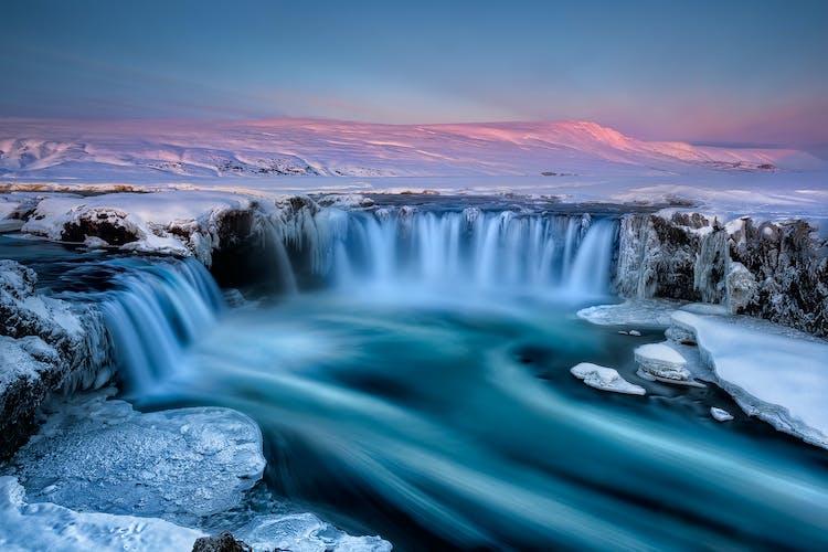 Fotogeniczny wodospad Goðafoss w zimowym blasku.