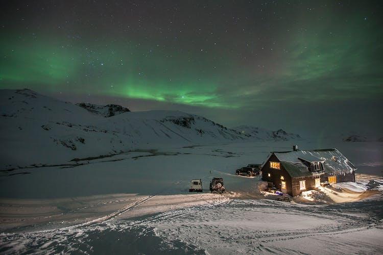 Bei dieser Tour übernachtest du in einer abgelegenen Berghütte in Island, dem perfekten Ort, um das Nordlicht zu beobachten.