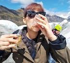 Siéntete libre de beber el agua dulce que se derrite de los glaciares en Islandia.
