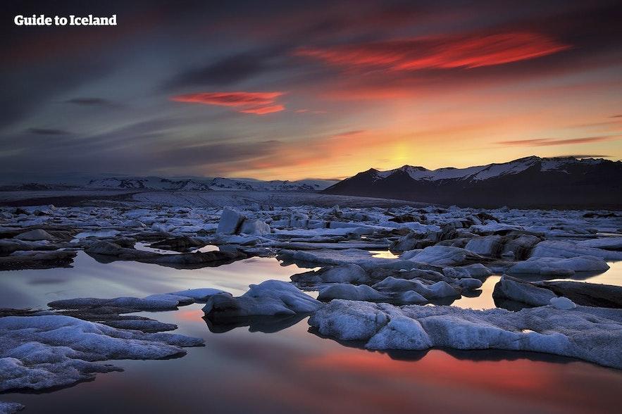 Die Eisberge von Jökulsárlón schwemmen nach der Passage von der Lagune auf den Diamantstrand.