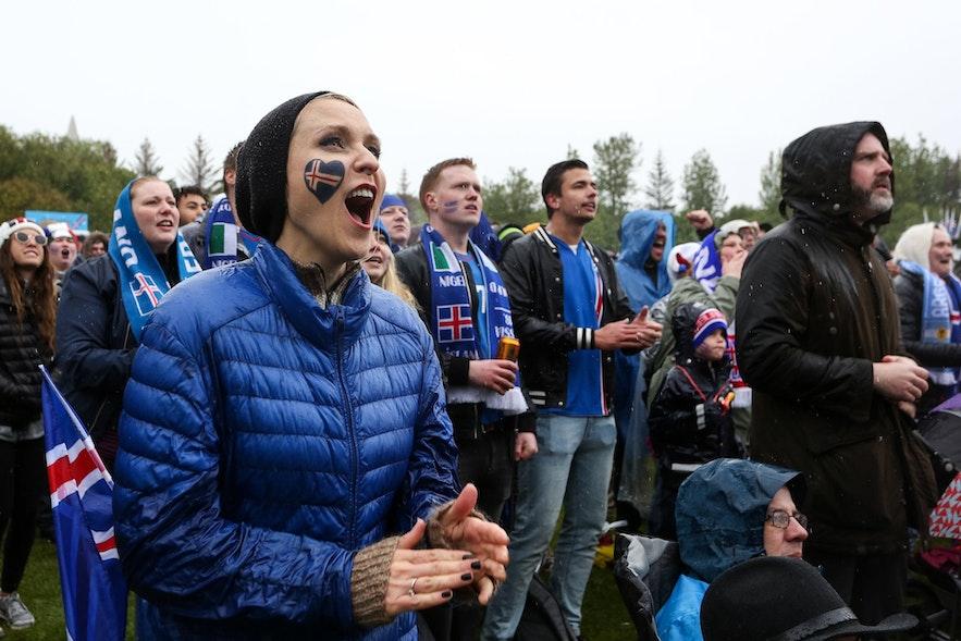 观看世界杯的热情冰岛球迷