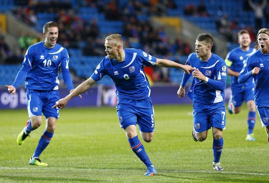 世界杯预选赛上激动的冰岛国家足球队员