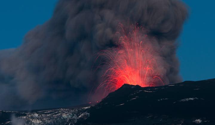 Le drame de la puissance volcanique du volcan glaciaire Eyjafjallajökull.