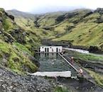 Profitez de votre environnement verdoyant dans une piscine historique.