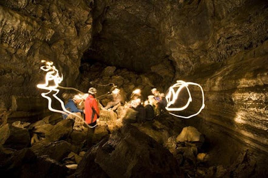 Leiðarendi火山岩洞是了解冰岛火山地质的最佳地点之一