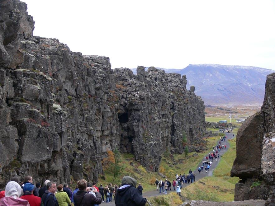 Almannagjá canyon in Þingvellir National Park during rush hour in high season