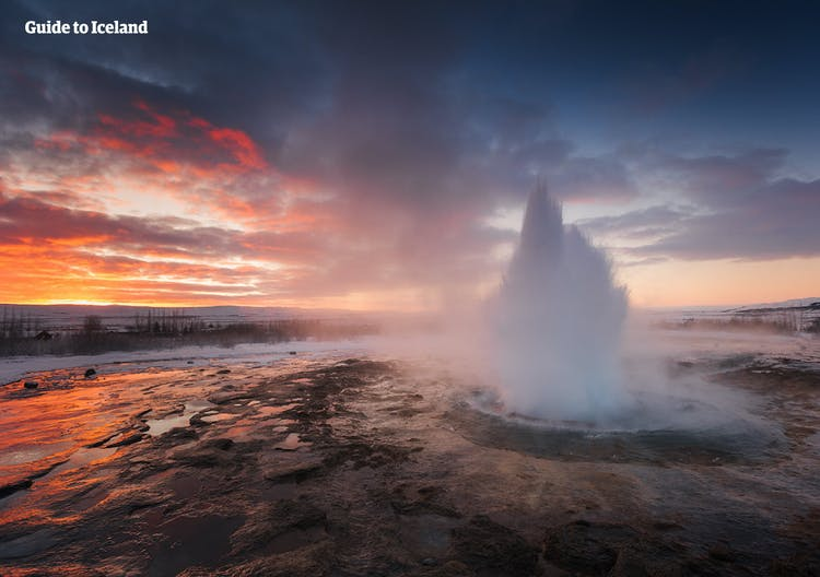 Der Geysir Strokkur bei einem Ausbruch im Winter.