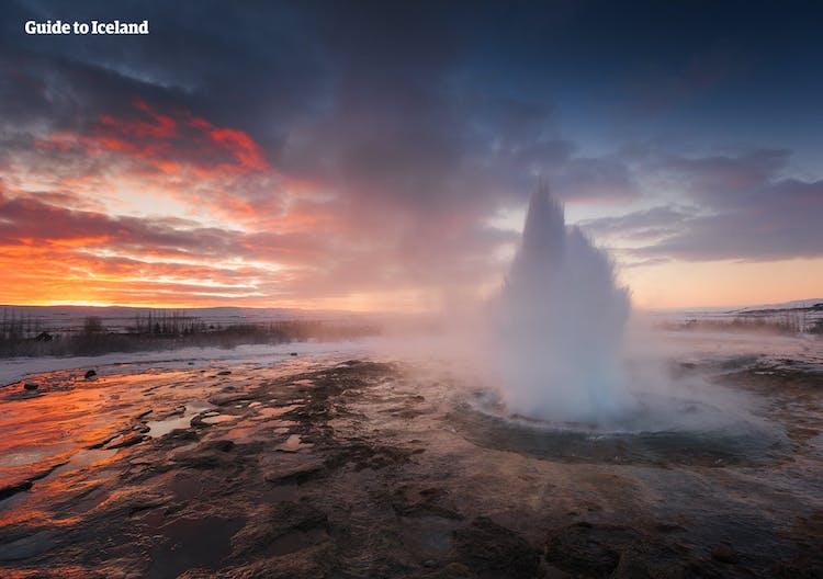 Le geyser Strokkur en éruption en hiver.