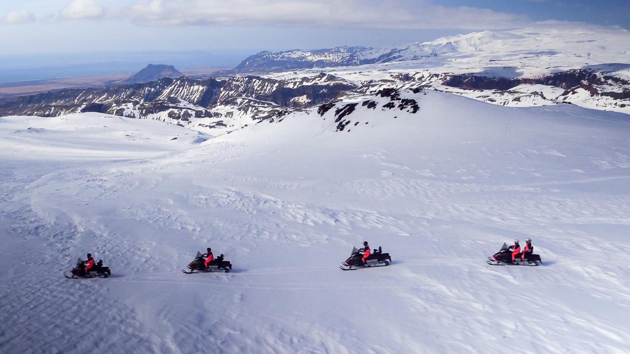 Viaja por la cima del glaciar Mýrdalsjökull en una moto de nieve con este fantástico tour.