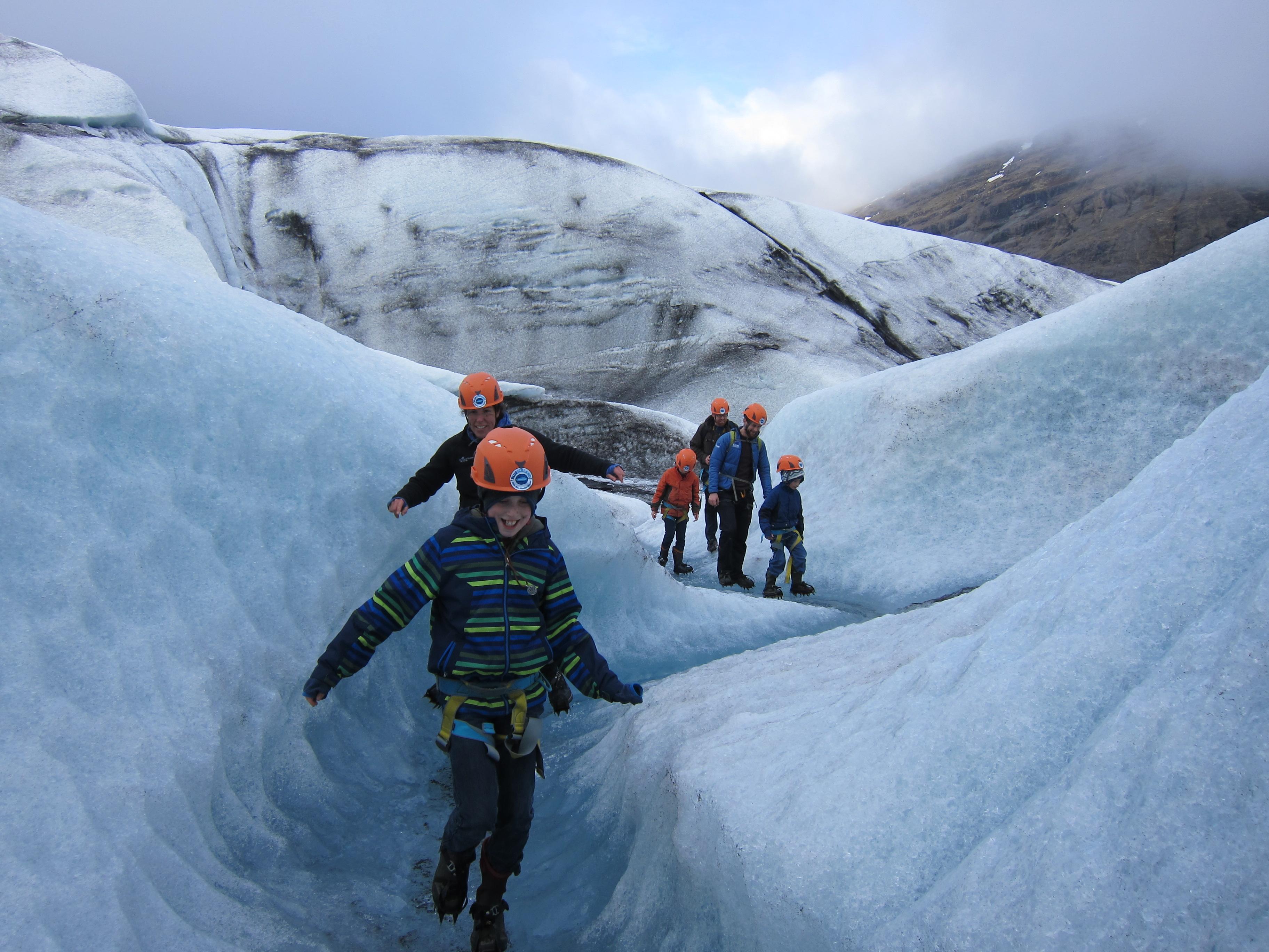 Una caminata por el glaciar es una diversión para toda la familia.