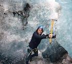 ยืนอยู่ท่ามกล่างน้ำแข็งคริสตัลที่รวมตัวกันบน ธารน้ำแข็ง วัทนาโจกุล