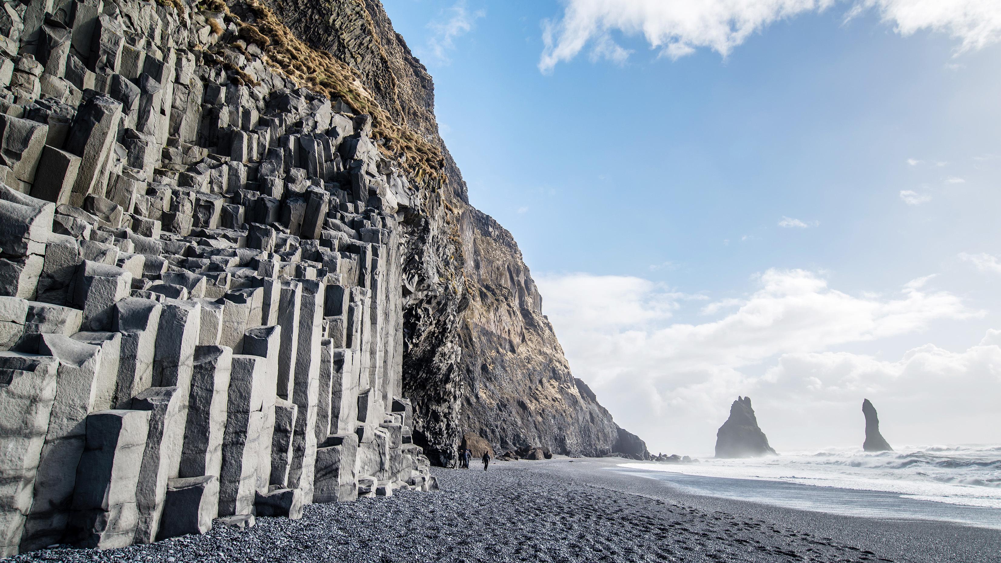 冰岛南岸黑沙滩的六棱玄武岩柱