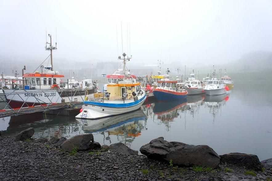 Nebliger Hafen an der Küste, wo die Menschen begeistert den Fischertag feiern