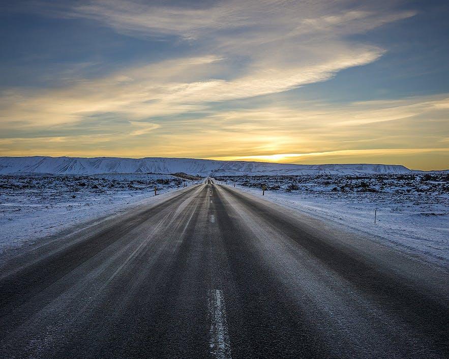 Eine vereiste Straße mitten im Winter
