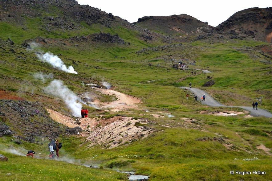 Naturen på vei til den varme kilden og elva Reykjadalur på Island