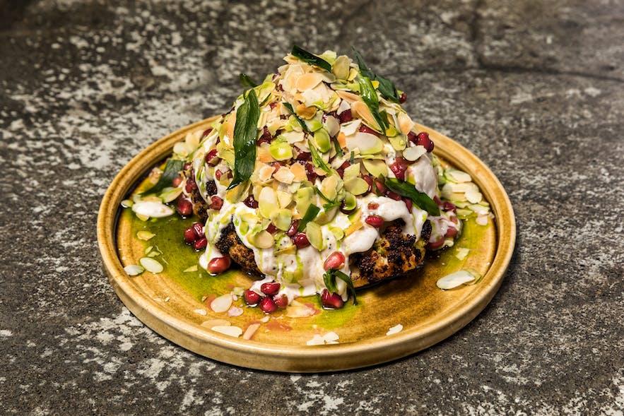 레이캬비크의 수맥 레스토랑에서 지중해식 음식을 즐길 수 있습니다.