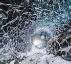 Kristallklares Eis in einer natürlichen Eishöhle im Vatnajökull-Gletscher.