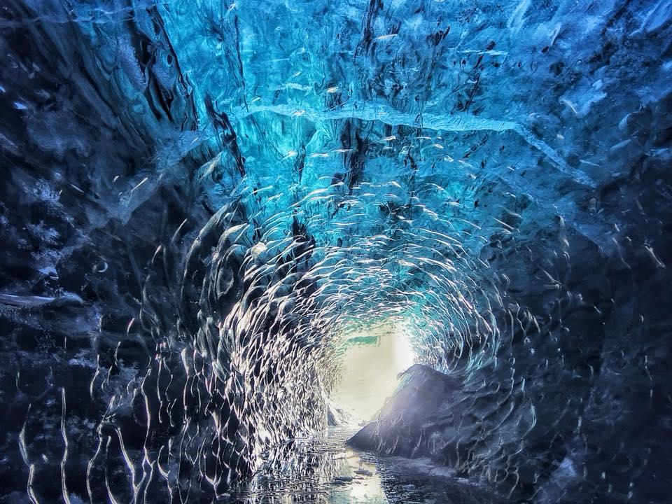 ヨークルスアゥルロゥン氷河湖から出発する健脚者向けの氷の洞窟ツアー