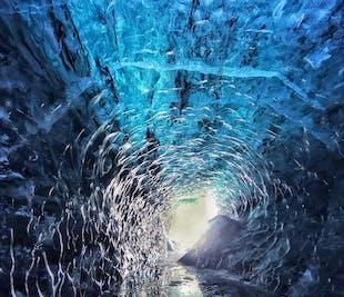 ヨークルスアゥルロゥン発 スーパージープで行く氷河ハイキングと氷の洞窟ツアー