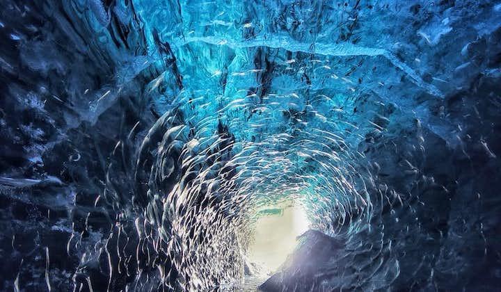 6-godzinna wędrówka po lodowcu z jazdą Super Jeepem i wycieczka po jaskiniach lodowych w Vatnajokull z transferem z Jokulsarlon