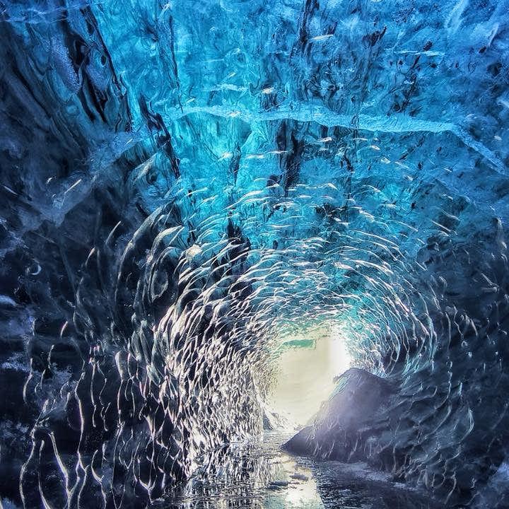 ヨークルスアゥルロゥン発|スーパージープで行く氷河ハイキングと氷の洞窟ツアー