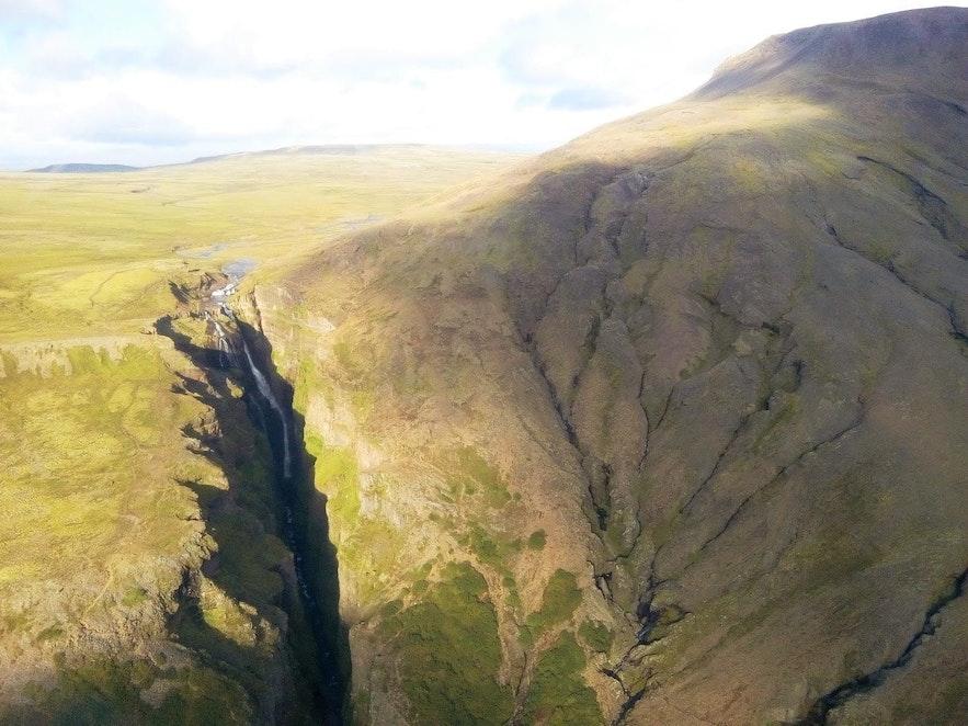 La cascade Glymur vue de l'hélicoptère