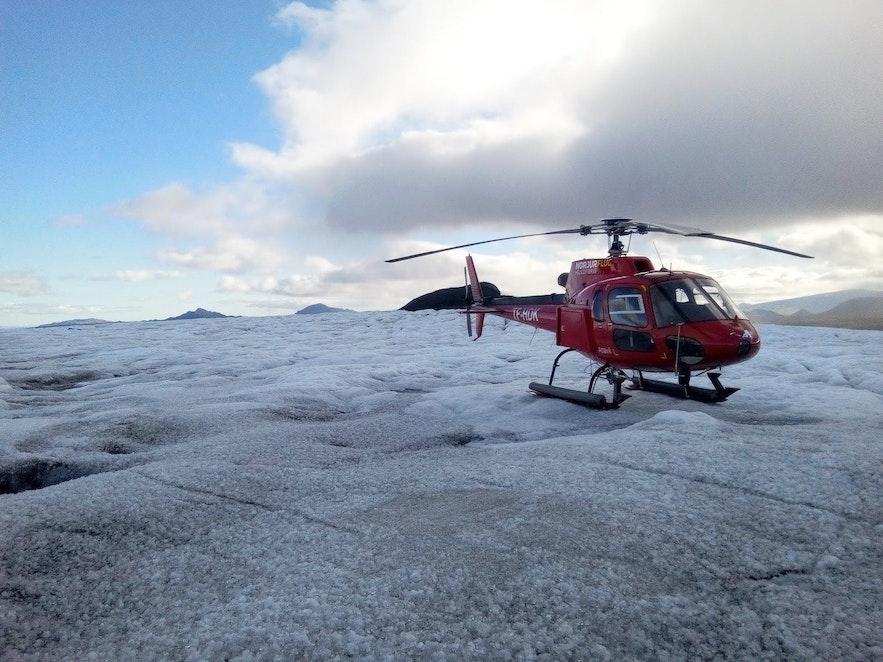 L'hélicoptère posé sur un glacier en Islande