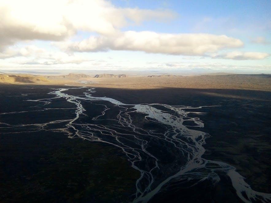 Vallée glaciaire avec lits de rivières en Islande