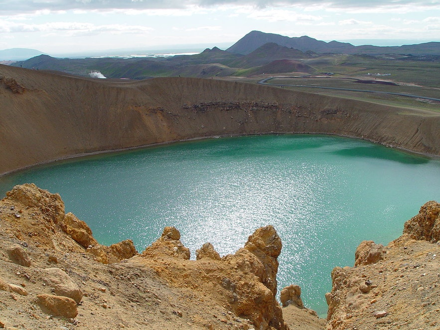 冰岛北部克拉夫拉火山之中坐落着一座宁静的火山口湖,名为Víti,意为地狱
