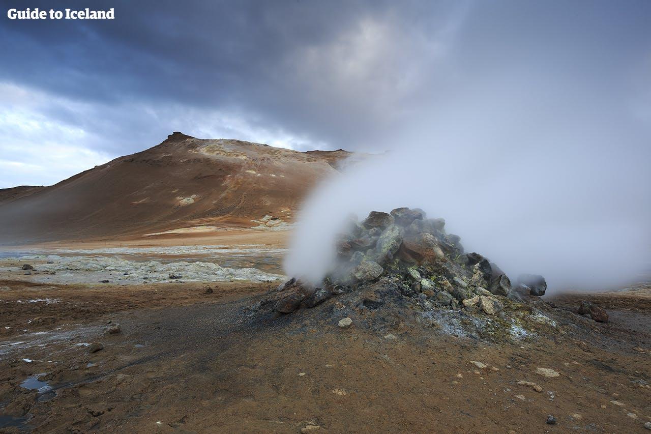 Une fumerolle fumante au col géothermal de Námaskarð près du lac Mývatn.