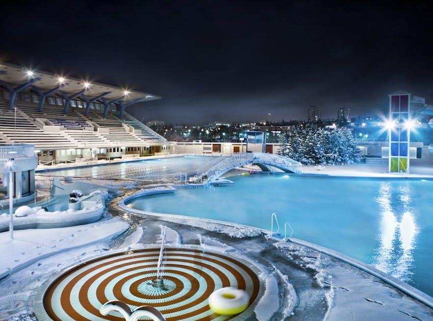 Isländisches Schwimmbad Laugardalslaug im Winter