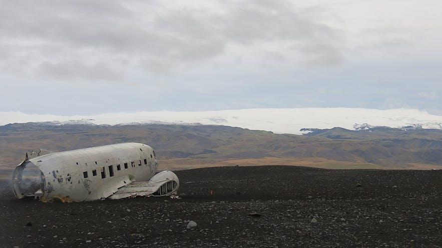 冰岛南岸的Solheimasandur黑沙滩坐落于冰岛冰川脚下