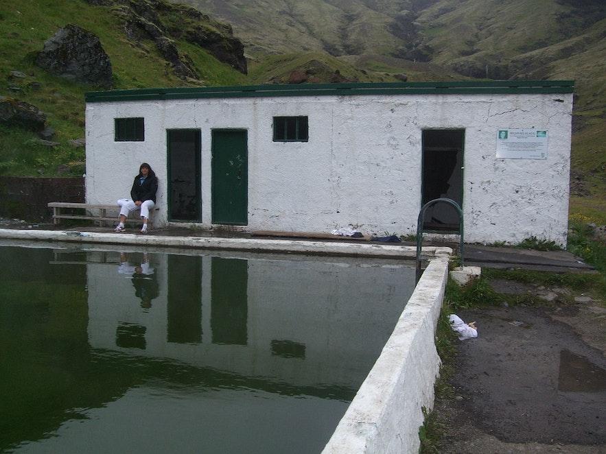 Seljavallalaug温泉泳池只有更衣间,没有淋浴间。